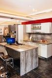 Moderne Küche an den spezifischen Möbeln angemessen stockbilder