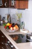 Moderne Küche in der hellen Wohnung Lizenzfreies Stockfoto