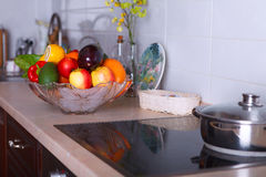 Moderne Küche in der hellen Wohnung Stockbild