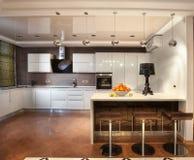 Moderne Küche in der Luxuxvilla Stockfotografie