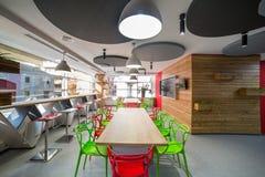 Moderne Küche im Bürogebäude Stockfotografie