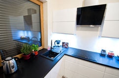 Moderne Küche im Weiß stockfoto