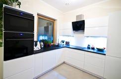 Moderne Küche im Weiß Stockfotos