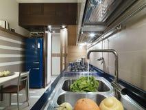 Moderne Küche mit blauer Oberseite Stockbilder