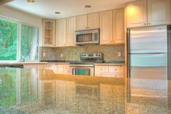Moderne Küche mit Edelstahlgeräten stockbild