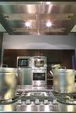 Moderne Küche mit Gasbratpfanne Stockfotos