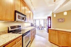 Moderne Küche mit Granitoberteilen und -insel Lizenzfreies Stockfoto