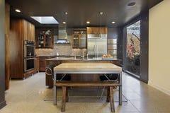 Moderne Küche mit großem Abbildungfenster Lizenzfreie Stockbilder