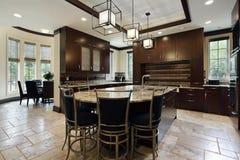 Moderne Küche mit Kreisessenbereich Stockfotografie