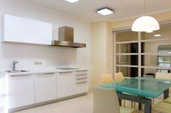 Moderne Küche mit Möbeln stockfotos