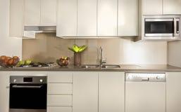 Moderne Küche mit Speiseschrankschränken und Gegenspitze stockbilder
