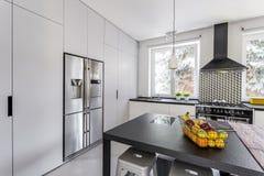 Moderne Küche mit Stahlkühlschrank Stockbilder
