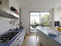 Moderne Küche mit Terrasse lizenzfreies stockbild