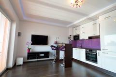 Moderne Küche mit Wohnzimmer Stockfoto
