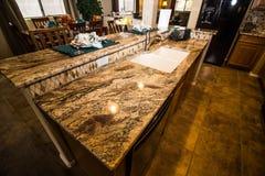 Moderne Küche Rich Marble Counter Island Ins lizenzfreie stockfotografie
