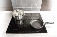 Moderne Küchegeräte. Potenziometer und Wanne auf einem Kocher lizenzfreie stockbilder