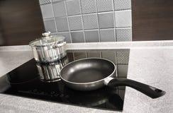 Moderne Küchegeräte. Potenziometer und Wanne auf einem Kocher stockfotografie