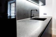 Moderne Küchenarbeitsplatte und Hahn Lizenzfreie Stockfotografie