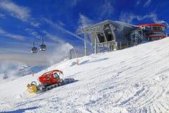 Moderne kabelbaan en groomer in skitoevlucht Jasna, Slowakije Royalty-vrije Stock Foto