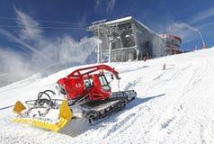 Moderne kabelbaan en groomer in skitoevlucht Jasna, Slowakije Royalty-vrije Stock Fotografie