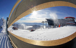 Moderne kabelbaan en groomer in skitoevlucht Jasna, Slowakije Stock Foto's
