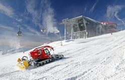 Moderne Kabelbahn und Groomer im Skiort Jasna, Slowakei Stockfoto
