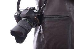 Moderne Kamera des Fotos SLR, die an der Schulter hängt Stockfotos