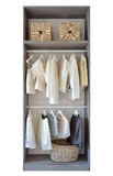 Moderne kast met rij van witte kleding en schoenen Royalty-vrije Stock Foto