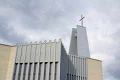 Moderne katholieke christelijke kerk met hoekig minimalistisch en futuristontwerp stock afbeeldingen