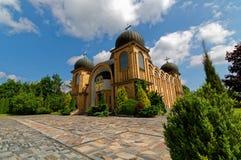 Moderne katholische Kirche errichtet von den Ziegelsteinen mit vier Hauben Lubelskie-voivodship in Polen Blauer Himmel mit weißen Lizenzfreie Stockfotografie