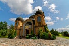 Moderne katholische Kirche errichtet von den Ziegelsteinen mit vier Hauben Lubelskie-voivodship in Polen Blauer Himmel mit weißen Stockbilder