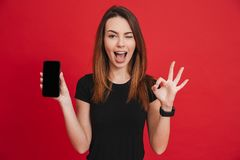 Moderne kaukasische Frau, die okayzeichen während adver sich freut und zeigt Lizenzfreies Stockbild