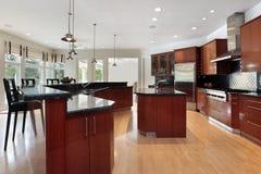 Moderne Küche mit dunkelgrauen Granitzählwerken Stockfotos