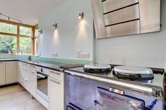 Moderne Küche mit traditionellem Ofen Lizenzfreie Stockfotos