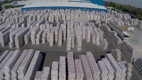 Moderne keramiekinstallatie, Industrieel pakhuis, de bouwbuitenkant, met lucht, industriële buitenkant stock videobeelden