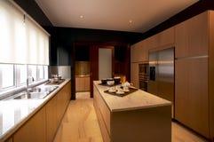 eigentijdse minimale witte keuken met zwarte details stock foto, Meubels Ideeën