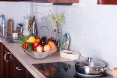 Moderne keuken in de lichte flat Royalty-vrije Stock Foto's