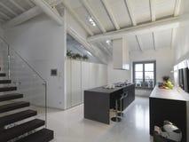 Moderne keuken in de zolder Stock Foto