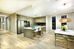 Moderne keuken en dinning gebieds binnenlandse mening van een huis stock foto