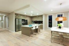 Moderne keuken en dinning gebieds binnenlandse mening van een modern huis stock foto