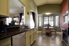 Moderne keuken en eetkamer Stock Foto's