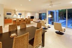 Moderne keuken, het dineren en woonkamer stock foto
