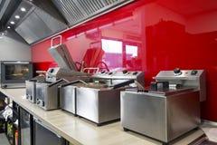 Moderne keuken in het restaurant stock afbeelding