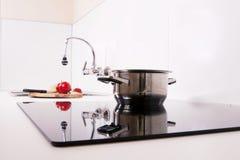 Moderne keuken; kook het inductiekooktoestel. Royalty-vrije Stock Afbeelding