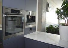 Moderne keuken met elektrische oven, eclectische fornuis en koffiemachine royalty-vrije stock foto