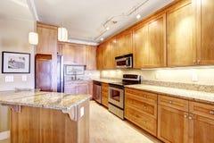 Moderne keuken met granietbovenkanten en eiland Royalty-vrije Stock Afbeeldingen