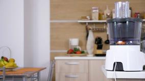 Moderne keuken met heel wat kokende toebehoren daarin stock videobeelden