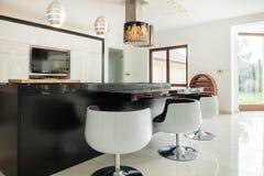 Moderne keuken met het dineren gebied Stock Afbeelding