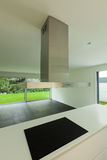 Moderne keuken met inductiehaardplaat Stock Foto