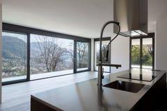Moderne keuken met mening royalty-vrije stock foto